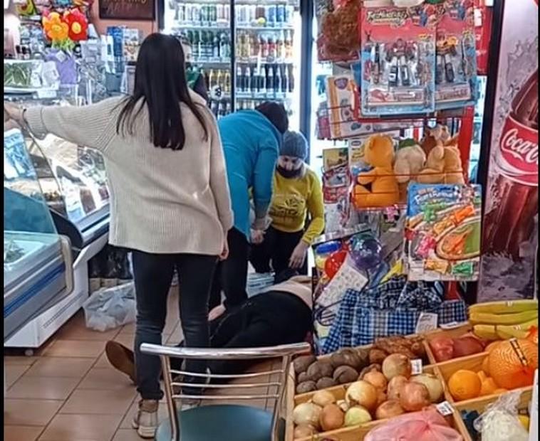 В Каменском возле Никополя продавцы спасли женщину, у которой случился инфаркт в магазине (видео)
