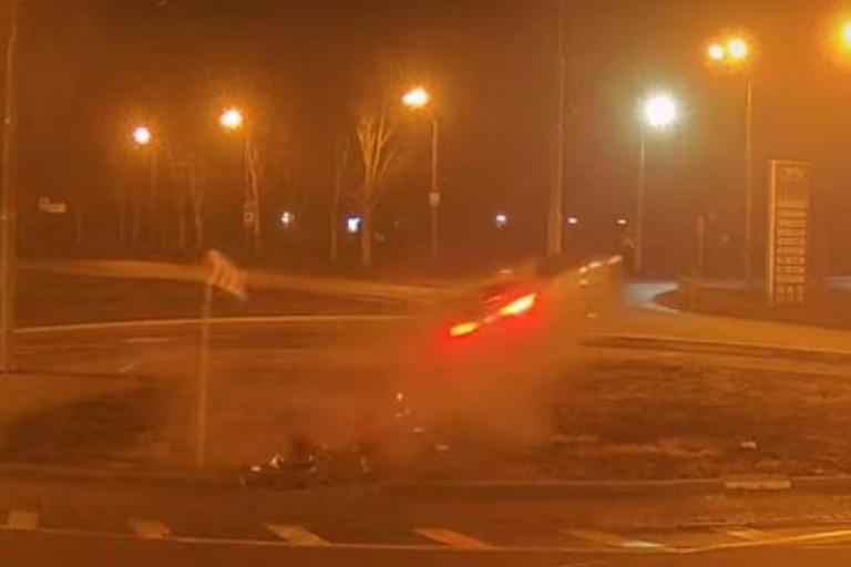 Видео момента: в Днепре Infiniti пролетел над кольцом и перевернулся