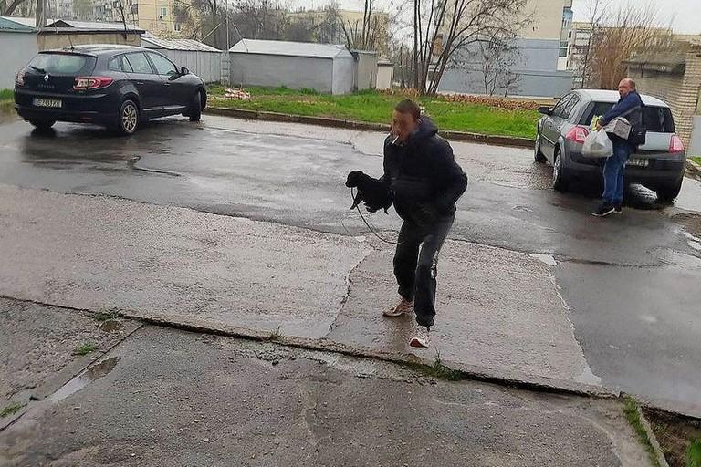 В Никополе парень издевался над щенком, а потом избил прохожих – пострадавшие