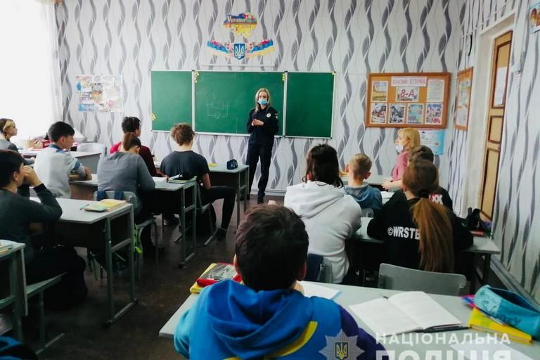 У Нікополі поліцейські розповіли школярам про небезпеку Інтернету